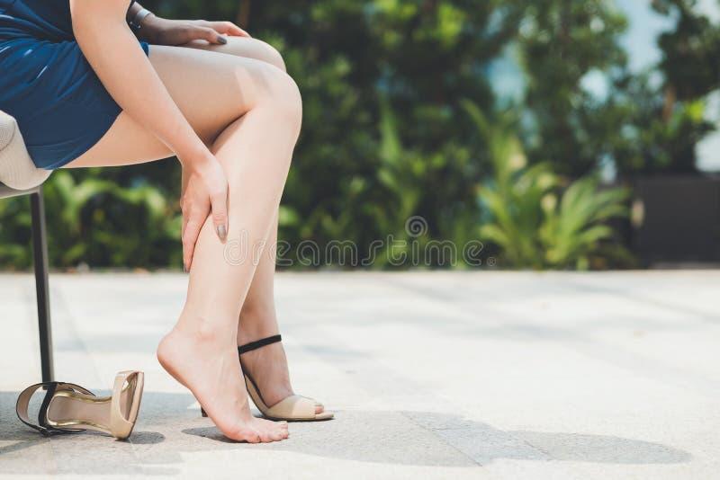 Frauenschmerz von tragenden Schuhen des hohen Absatzes stockbilder