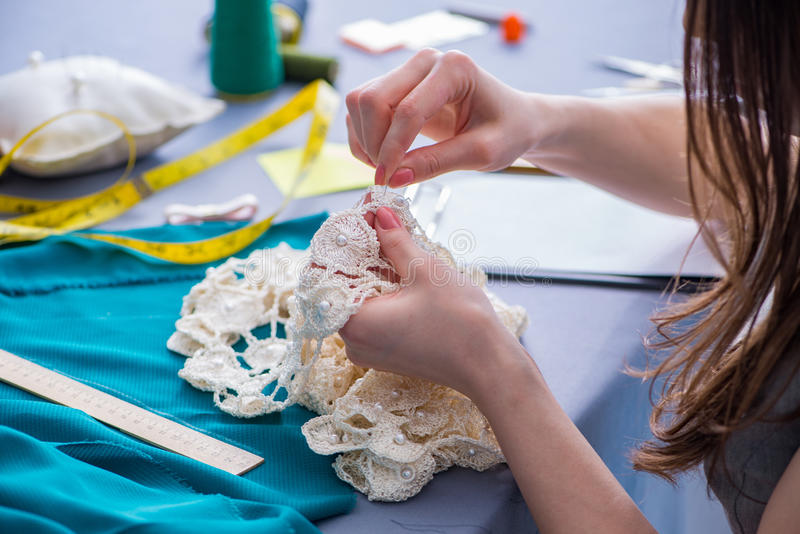 Frauenschneider, der an einem nähenden nähenden messenden Fa der Kleidungs arbeitet lizenzfreie stockfotografie
