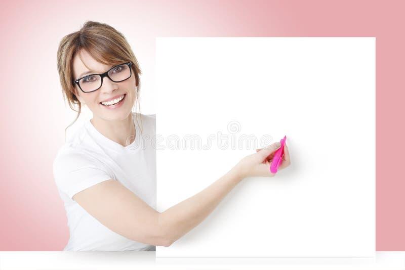 Frauenschreiben auf Schild stockbilder