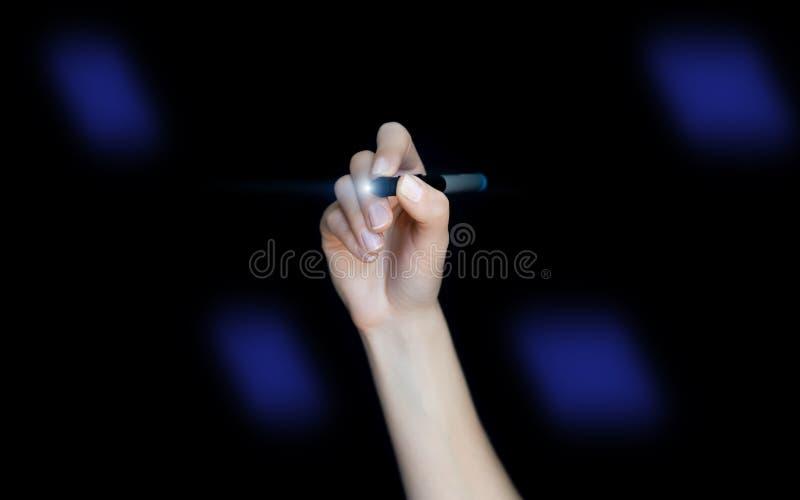 Frauenschreiben auf virtuellem Bildschirm Gesch?ftskonzept auf schwarzem Hintergrund stockfoto