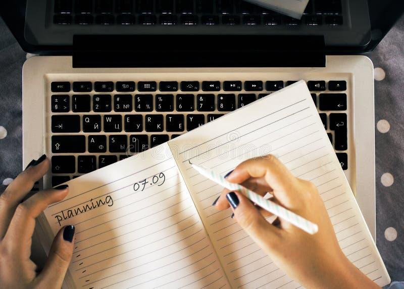 Frauenschreiben im Notizblock stockbild