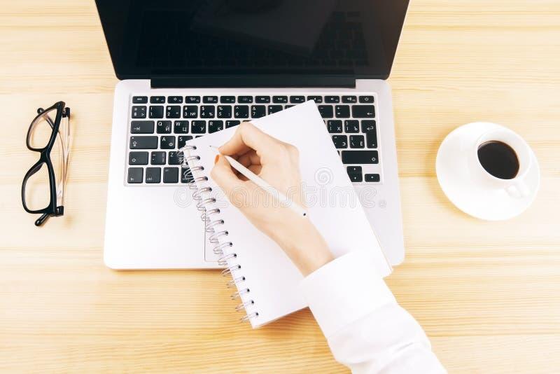 Frauenschreiben im Schreibheft stockfotos