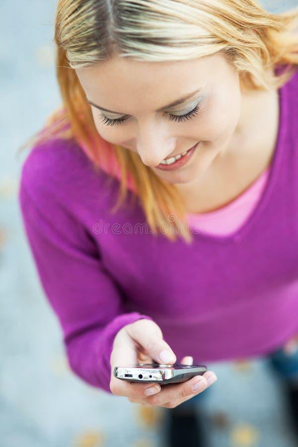 Download Frauenschreiben sms stockbild. Bild von draußen, schreiben - 27727637