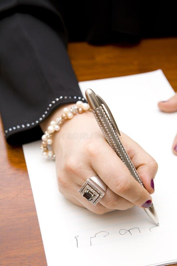 Frauenschreibensanmerkung auf Arabisch stockfotos