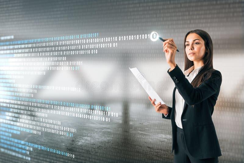 Frauenschreibensbinär code lizenzfreies stockbild