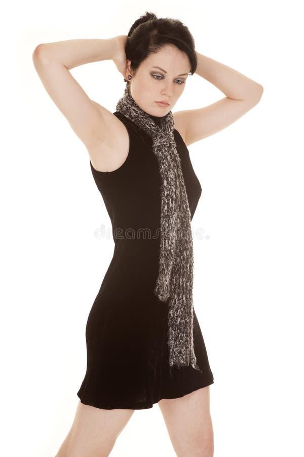 Frauenschwarz-Kleiderschal übergibt Rückseite des Kopfes stockbilder