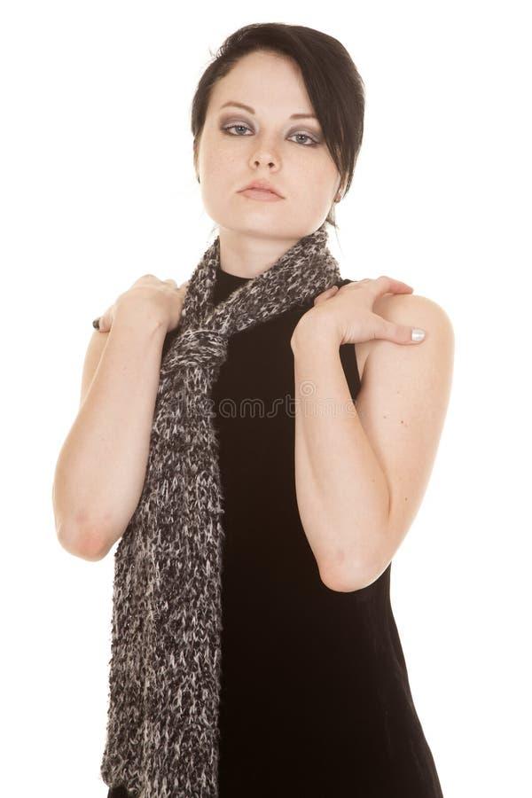 Frauenschwarz-Kleiderschal übergibt Schultern lizenzfreies stockfoto