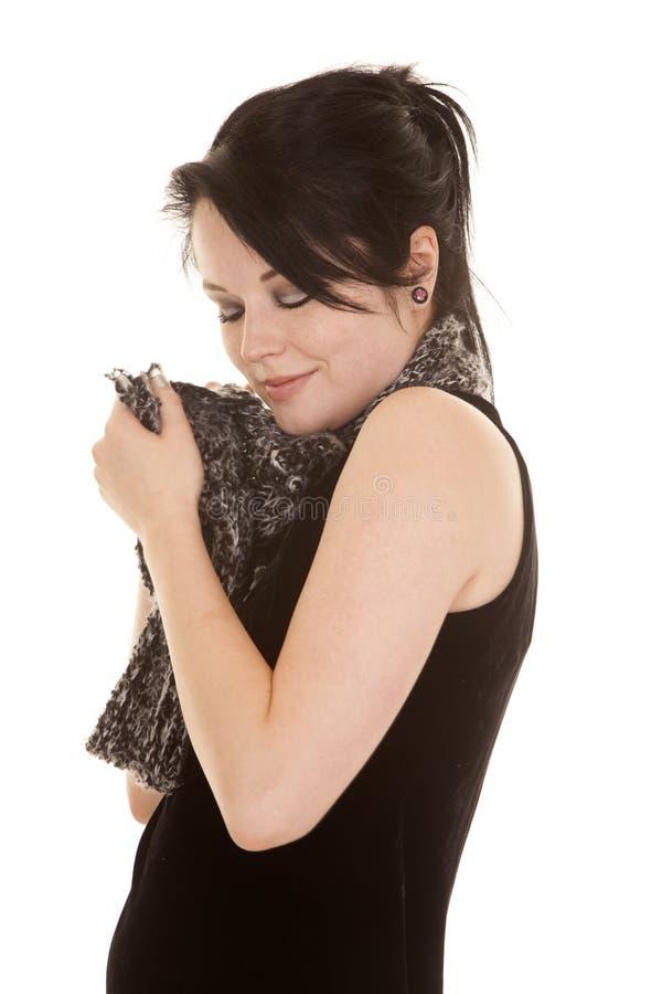 Frauenschwarz-Kleiderschal durch Gesichtsaugen schloss lizenzfreies stockbild