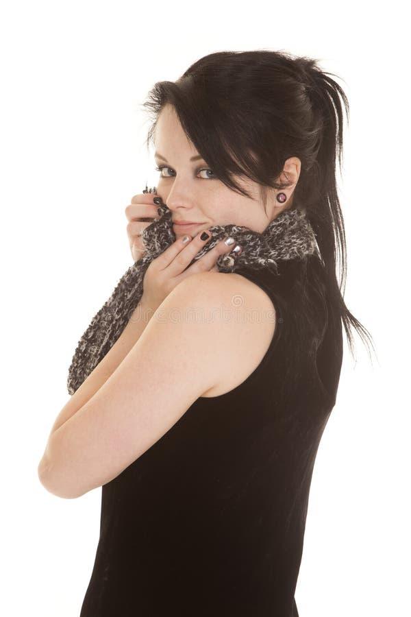 Frauenschwarz-Kleiderschal durch Gesichtslächeln lizenzfreie stockfotos
