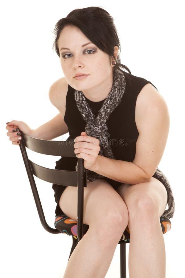 Frauenschwarz-Kleiderschal sitzen mageres Vorwärts lizenzfreies stockbild