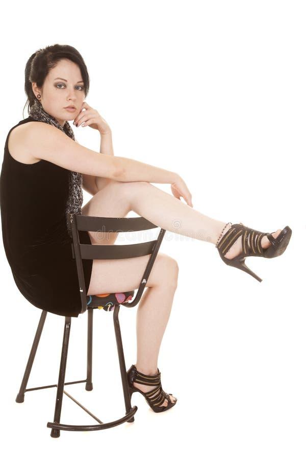 Frauenschwarz-Kleiderschal sitzen Rückseite des Beines vorbei stockbilder