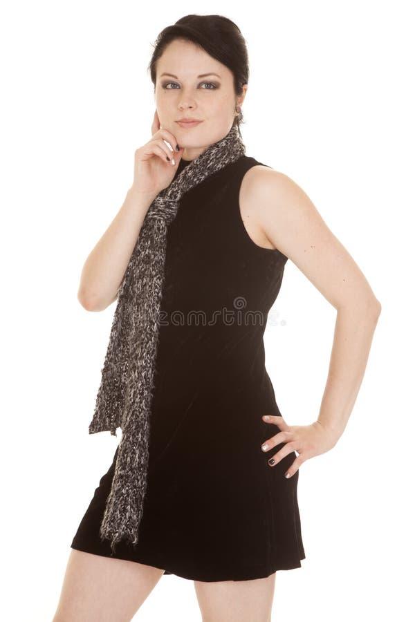 Frauenschwarzkleiderschal-Handbacke stockfotos