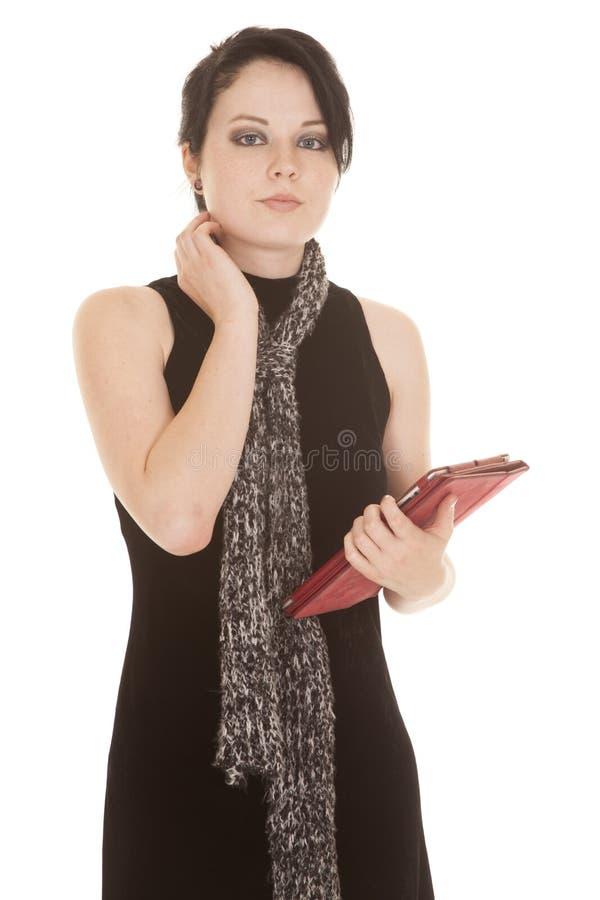 Frauenschwarzkleiderschal-Tablettenschauen stockbild