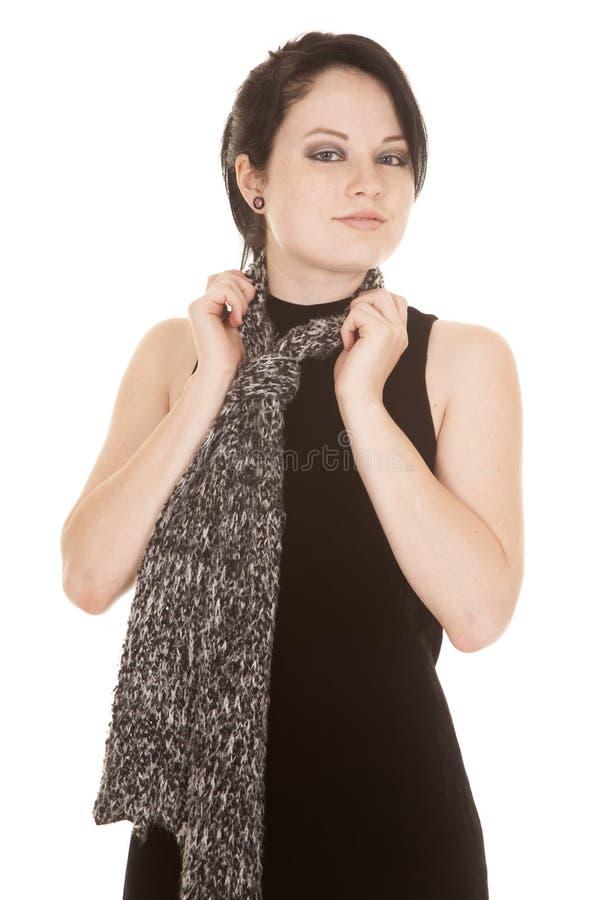 Frauenschwarzkleiderschalhände auf Schal lizenzfreie stockbilder