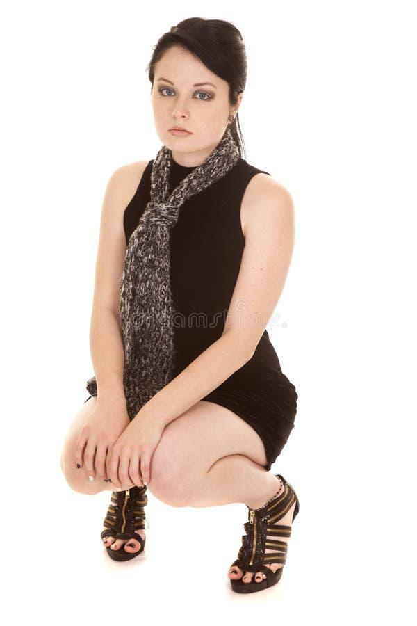 Frauenschwarzkleiderschalhocke unten lizenzfreie stockfotos