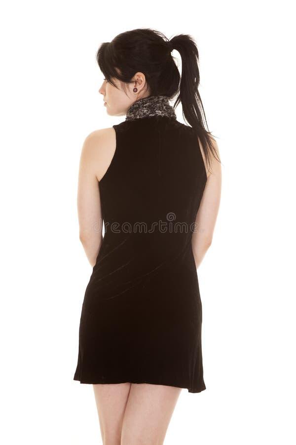Frauenschwarzkleiderschalrückseiten-Blickseite lizenzfreie stockbilder
