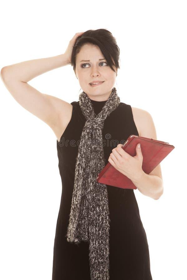 Frauenschwarzkleiderschaltablette verwirrt lizenzfreie stockfotos