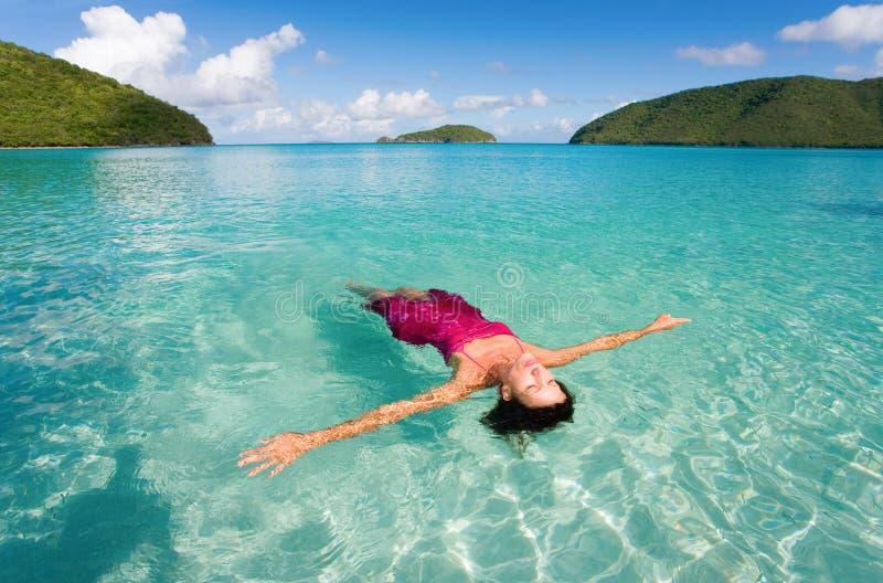 Frauenschwimmen lizenzfreies stockfoto