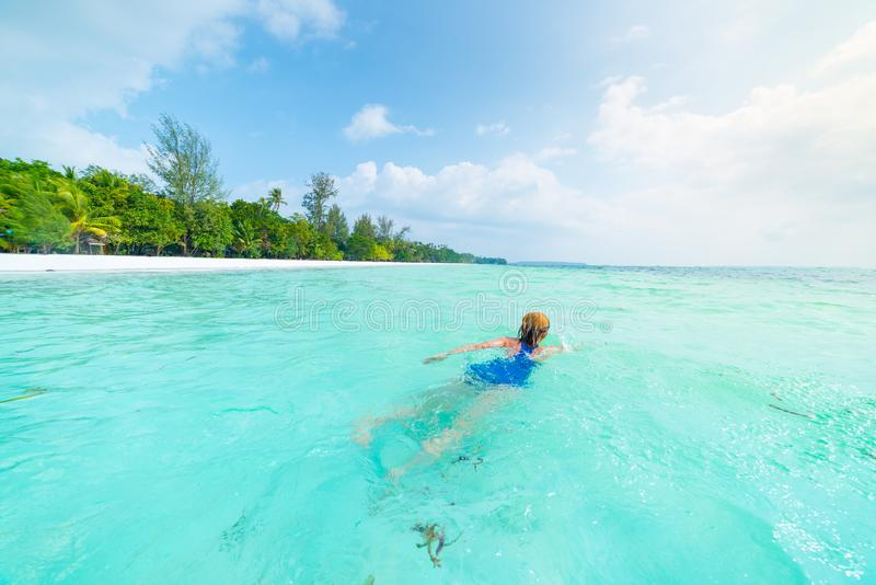 Frauenschwimmen Seedes türkises Karibischer Meere im transparenten Wasser Tropischer Strand in Kei Islands Moluccas, Sommertouris stockfoto
