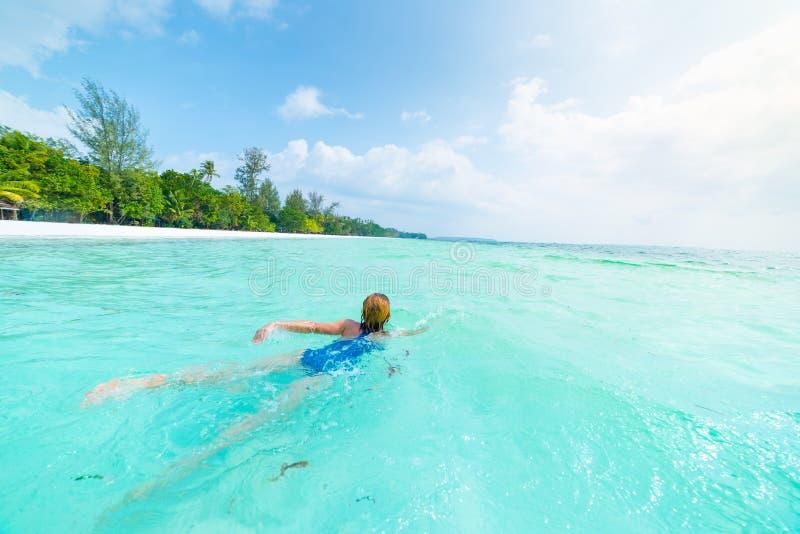 Frauenschwimmen Seedes türkises Karibischer Meere im transparenten Wasser Tropischer Strand in Kei Islands Moluccas, Sommertouris stockfotografie