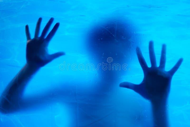 Frauenschwimmen Unterwasser stockbild