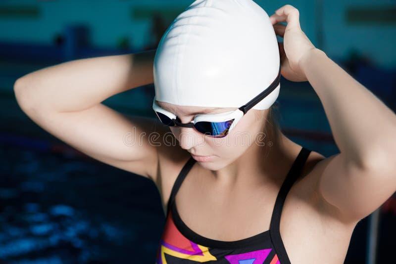 Frauenschwimmer bereit zu schwimmen stockbild