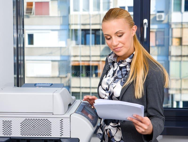 Frauensekretär mit Exemplarmaschine lizenzfreie stockbilder