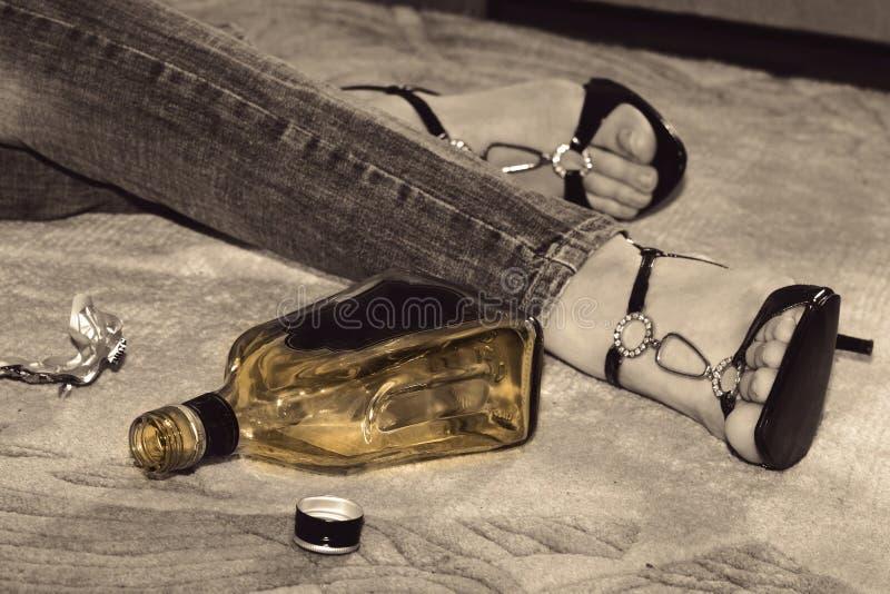 Frauenselbstmord mit Pillen und alkoholischem Getränk lizenzfreies stockfoto