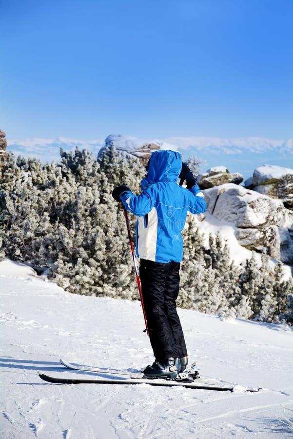 Frauenskifahrer auf einer Steigung im Winterberg stockfoto
