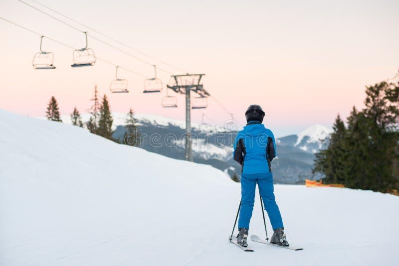 Frauenskifahrer auf schneebedecktem Berg Landschaft genießend Ansicht der Rückseite lizenzfreies stockbild