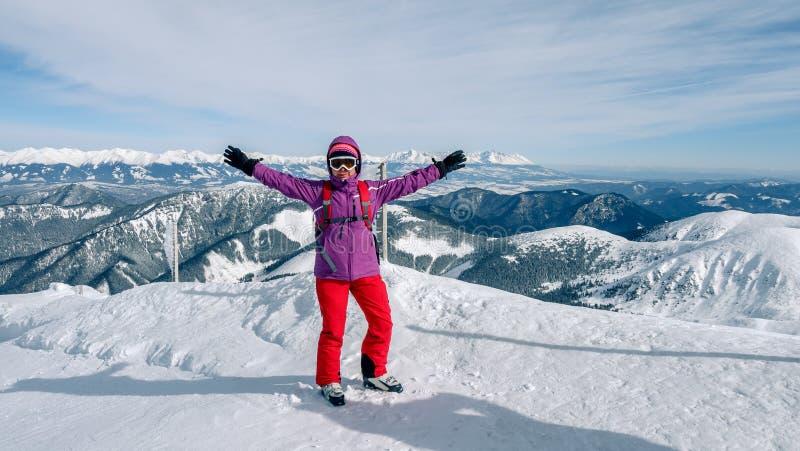 Frauenskifahrer, der die beste Bahn findet Skifahrer, der unten zum Tal schaut Warterechter Moment Beste Wahl Chopok, niedriges T lizenzfreie stockbilder