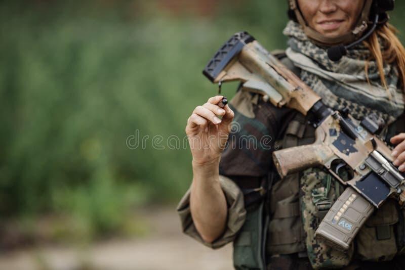 Frauensoldat schreibt Markierung lizenzfreies stockfoto