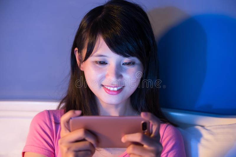 Frauenspiel-Mobilespiel stockbild
