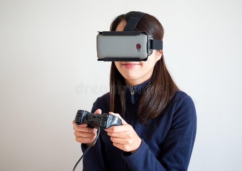Frauenspielvideospiel mit Steuerknüppel lizenzfreie stockfotografie
