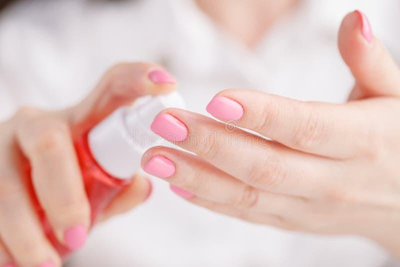 Frauensprühinsektenpulver auf der Haut im Freien in der Natur unter Verwendung der Sprayflasche Frau, die Repellentspray verwende lizenzfreies stockbild