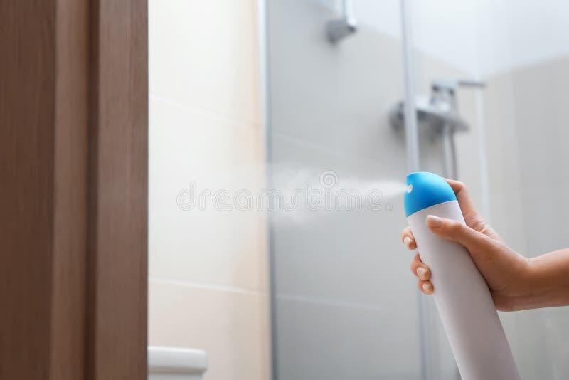 Frauenspr?hlufterfrischer im Badezimmer lizenzfreie stockfotografie