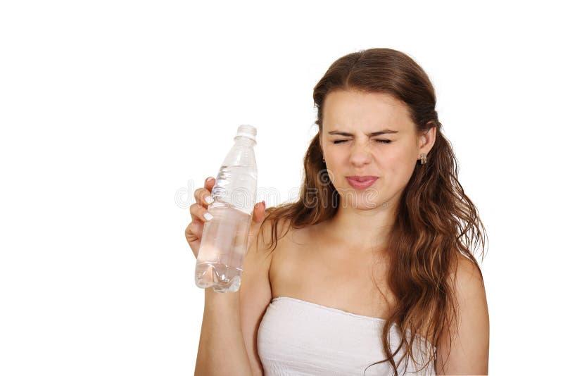 Frauenstirnrunzeln auf schlechtem Wasser lizenzfreies stockfoto