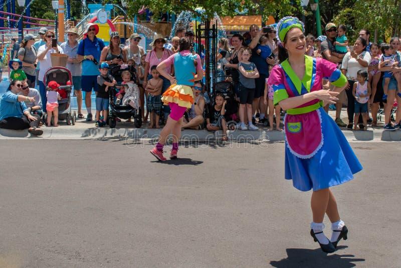 Frauentänzer in der Sesame Street-Partei-Parade bei Seaworld lizenzfreies stockfoto