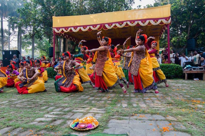 Frauentänzer, die in Holi-Feier, Indien durchführen stockfotos