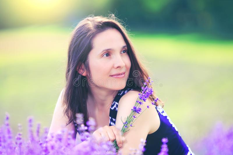 Frauentag Glückliche Frau auf Lavendelhintergrund Schönes Mädchen in Wiese fie lizenzfreie stockbilder