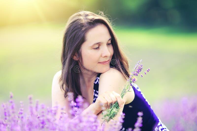 Frauentag Schönes Mädchen auf Lavendel Gebiet Glückliche Frau auf Wiese backgrou lizenzfreie stockfotografie