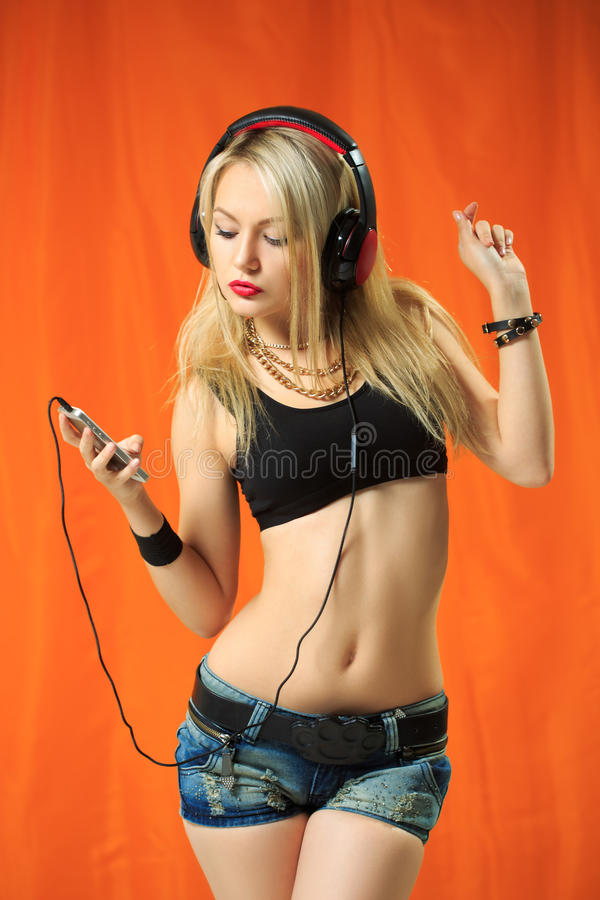 Frauentanzen mit den Kopfhörern, die Musik hören stockbilder