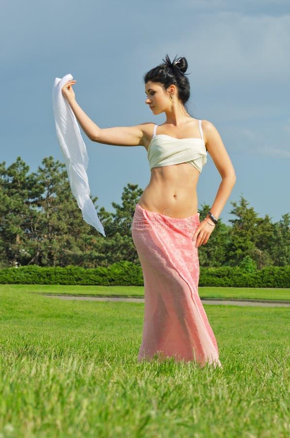 Download Frauentanzen Mit Einem Schal Stockbild - Bild von field, gesund: 26351717