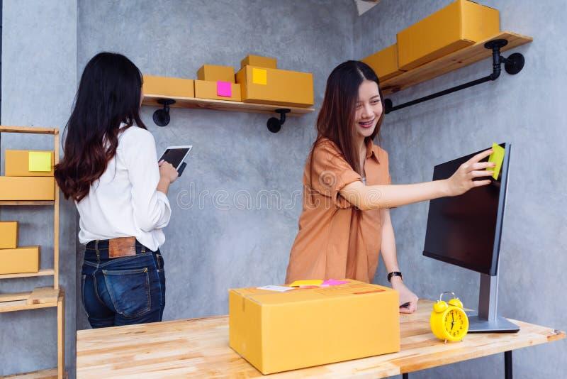 Frauenteamwork sme-Geschäft des Freiberuflers asiatisches stockfotos