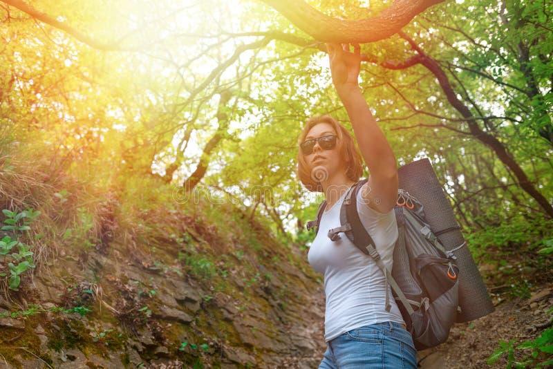 Frauentourist überprüft das Gebiet der Vorderteile Botom-Ansicht leuchte stockfotografie