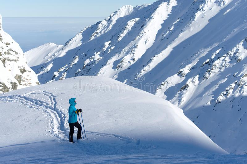 Frauentourist, der die nette Winteransicht an einem sonnigen kalten Tag schaut stockfotografie