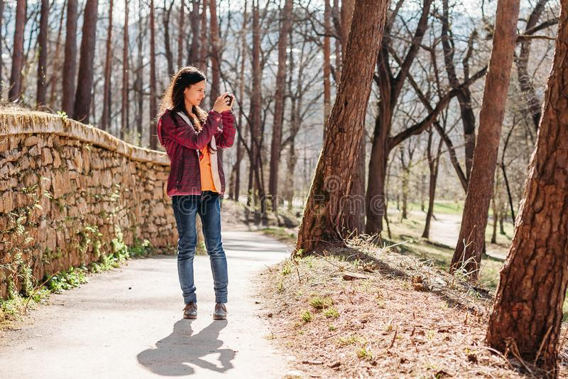 Frauentourist, der Fotos von schönen Ansichten macht stockfoto