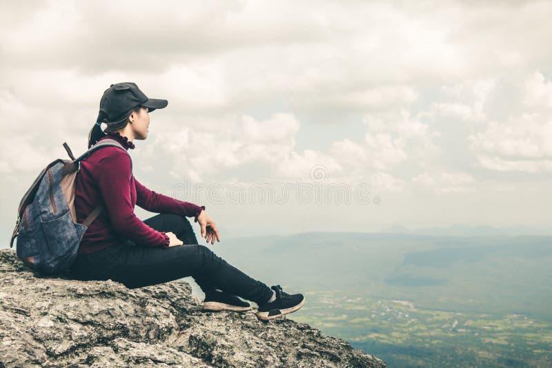 Frauentouristen gehen im Klettern lizenzfreies stockfoto