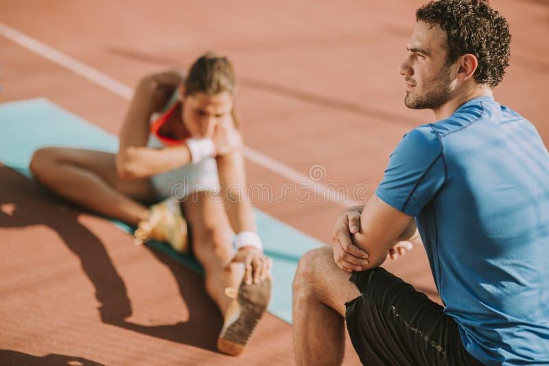 Frauentraining mit persönlichem Trainer stockfotos