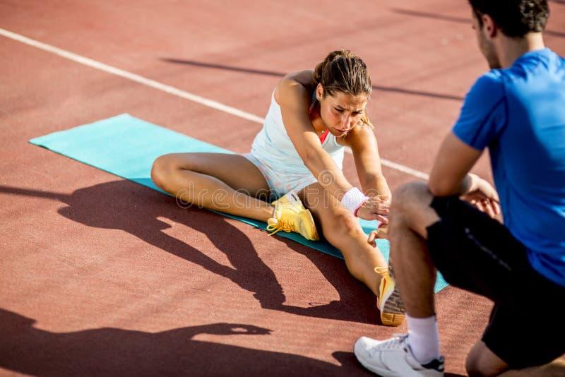 Frauentraining mit pers?nlichem Trainer lizenzfreies stockfoto